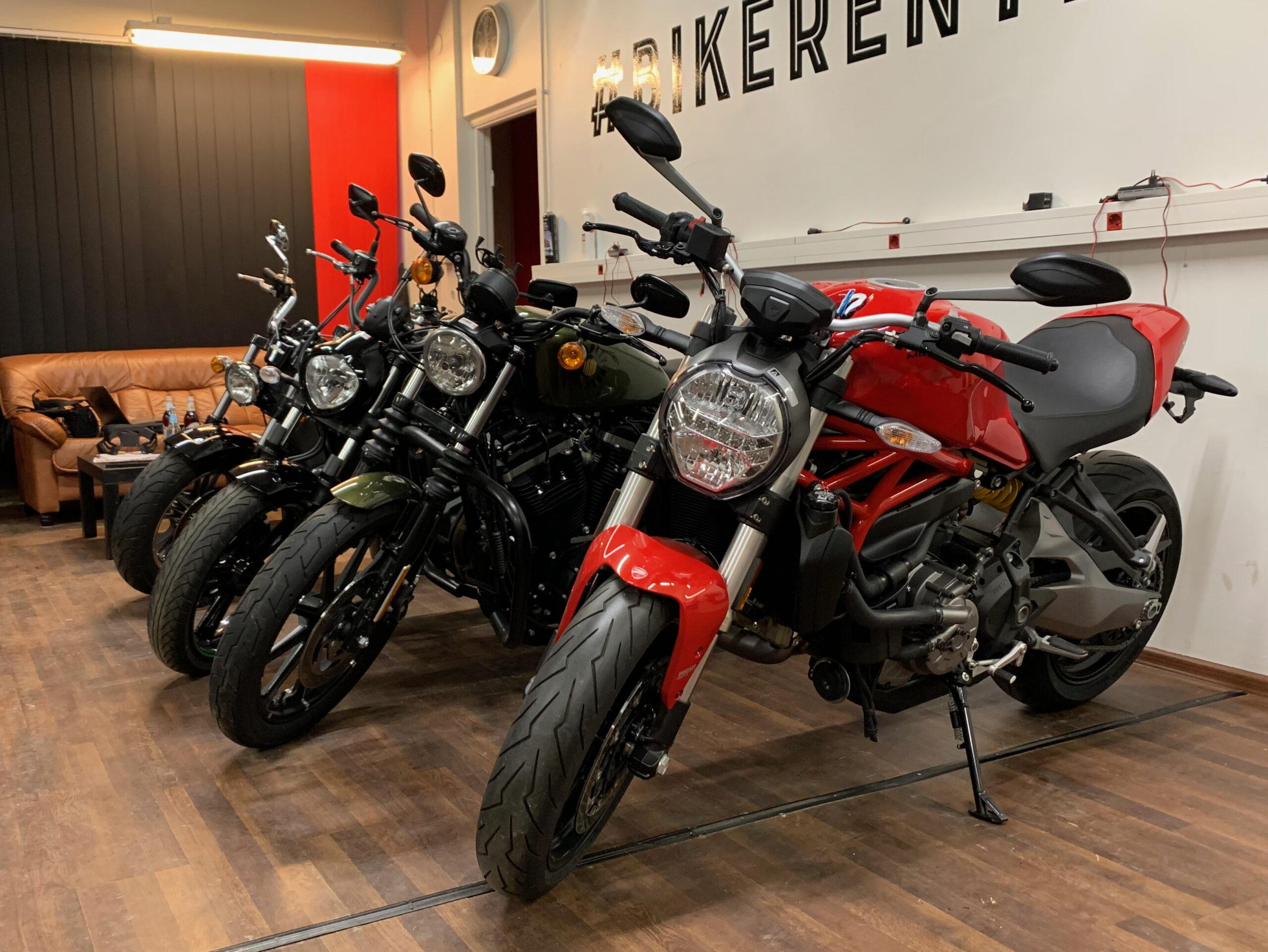 Pilt: rendirattad Ducati Monster 821 ja kruiserid Bikerent.ee garaazhis Tallinnas