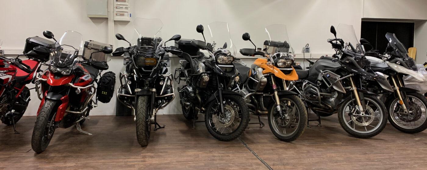 Pilt: BMW R1200 GS ja teiste matkarataste rivistus Bikerent.ee garaazhis Tallinnas